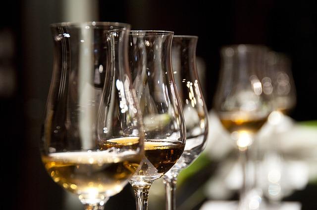 飲み会中のワイングラス